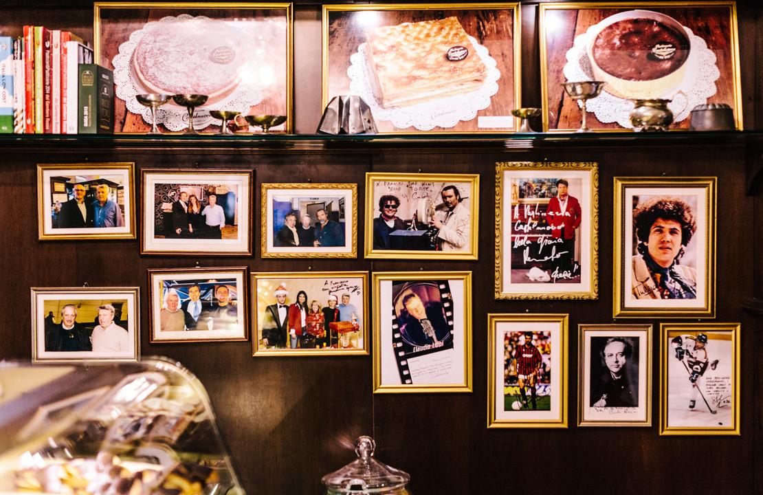 L'angolo dei famosi nel negozio della Pasticceria Castelnuovo