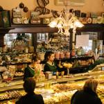 Commesse al servizio nel negozio della Pasticceria Castelnuovo